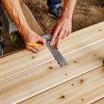 Mann vermisst Holz für einen Boden