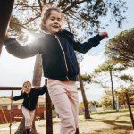 Zwei spielende Kinder auf dem Spielplatz